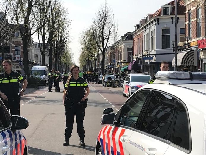 Tientallen agenten staan in de Kanaalstraat.