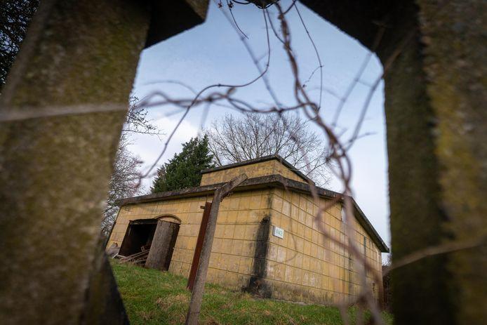 Een van de bunkers nabij de defensiehaven. De bunker werd gecamoufleerd als ware het een klassieke boerderij