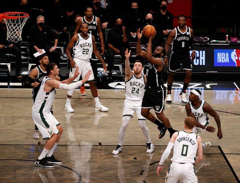 James Harden van de Brooklyn Nets probeert te scoren. Beeld EPA