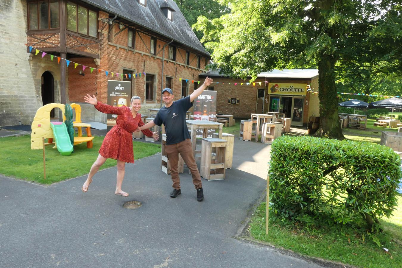 An en Jurgen aan hun zomerbar in kasteeldomein Zellaer.