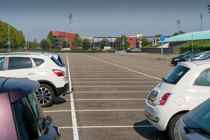 Ambitieuze plannen voor transferium De Vliert: woontorens op deze plek asfalt. Een nieuwe parkeergarage zou dan moeten verrijzen bij het stadion (achtergrond).