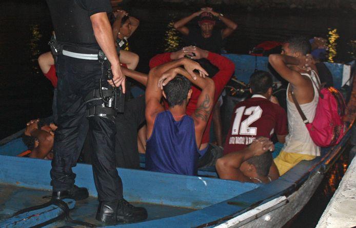 Een bootje met 20 Venezolanen en een Colombiaan die Curaçao illegaal probeerden binnen te komen bij het kustwachtstation in Parera.