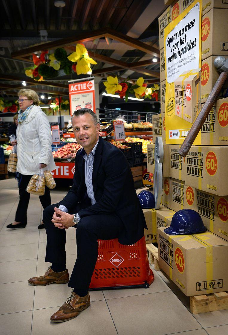Björn Kuipers in zijn supermarkt. Beeld Marcel van den Bergh / de Volkskrant