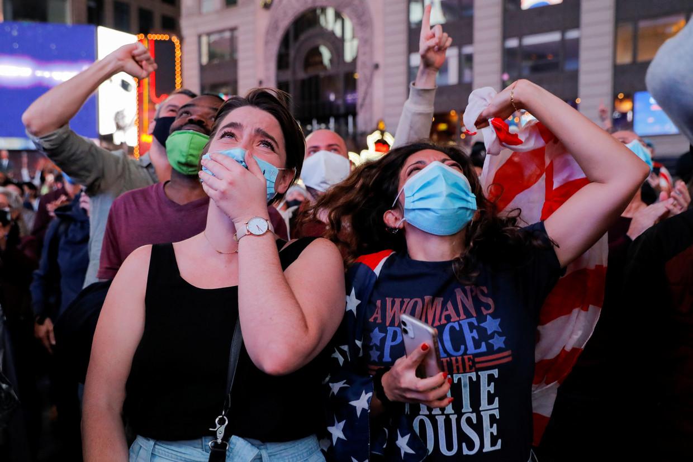 Democraten zaterdagavond op Times Square in New York, nadat bekend werd dat Joe Biden de Amerikaanse presidentsverkiezingen heeft gewonnen.