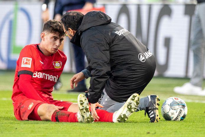 Kai Havertz heeft zich geblesseerd en moet zich in Wolfsburg laten vervangen.