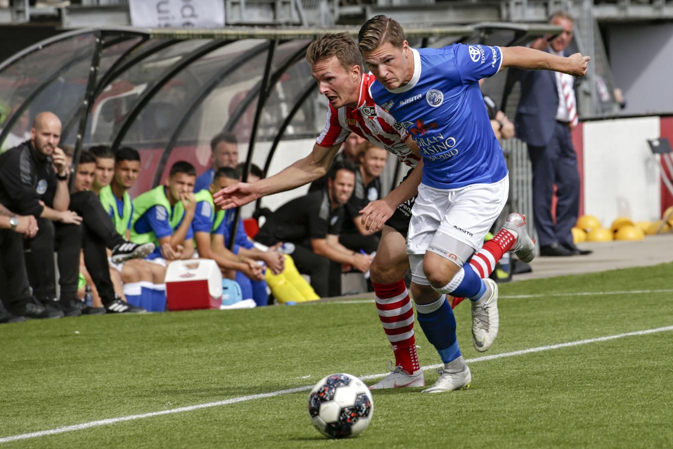 Jordy van der Winden (rechts) eerder dit seizoen in duel met Janne Saksela in de verloren uitwedstrijd tegen Sparta (2-0).