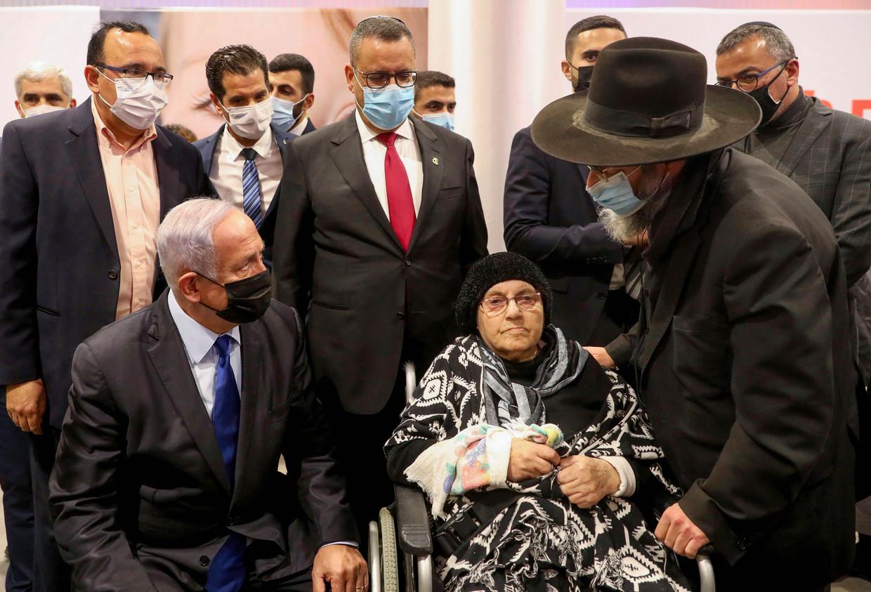 Premier Netanyahu bezoekt het vaccinatiecentrum in Jeruzalem.