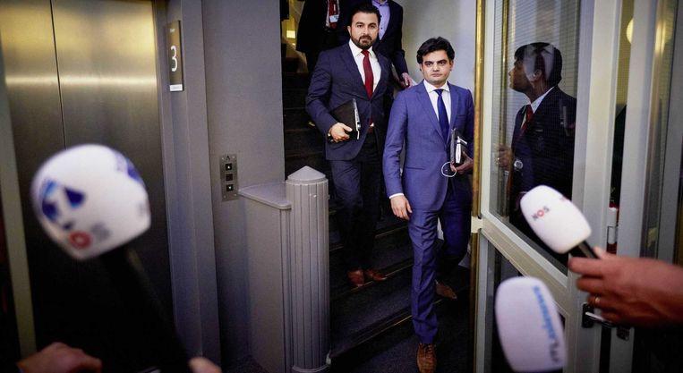 Tunahan Kuzu (R) en Selcuk Ozturk worden door de pers opgewacht na een extra en urenlang PvdA-fractieberaad waar werd besloten dat zij de Tweede Kamerfractie van die partij moeten verlaten. Beeld anp