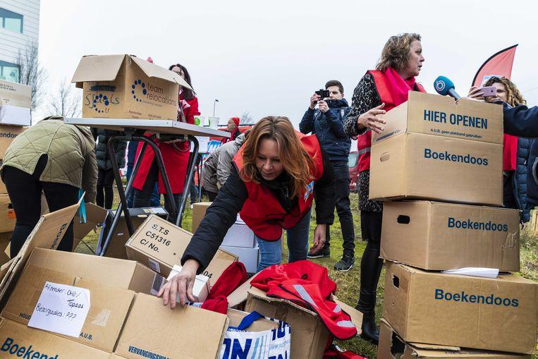 Tientallen medewerkers van de Hoenderloo Groep voerden in januari 2020 actie voor de deur van het hoofdkantoor Pluryn. Zij waren boos om de sluiting van Hoenderloo Groep. Beeld ANP