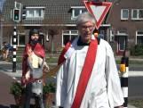 Deze pastoor komt met Jezus aan huis vanwege corona