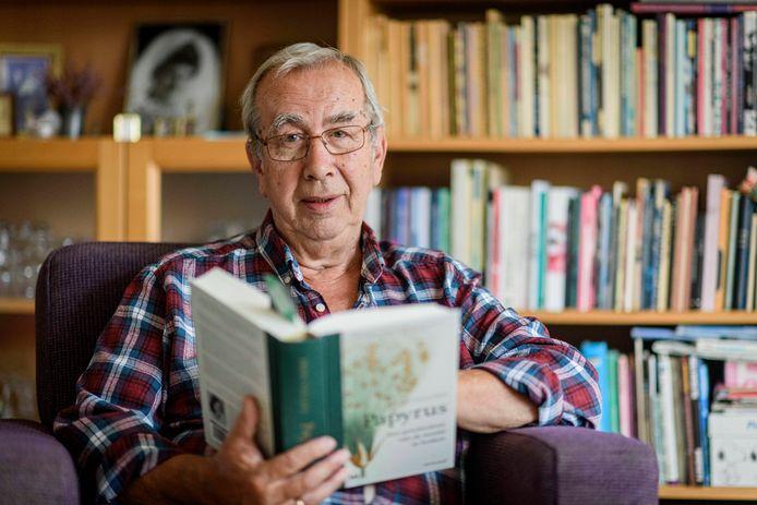Boekenwurm Frits Korver te midden van zijn grote passie, boeken.