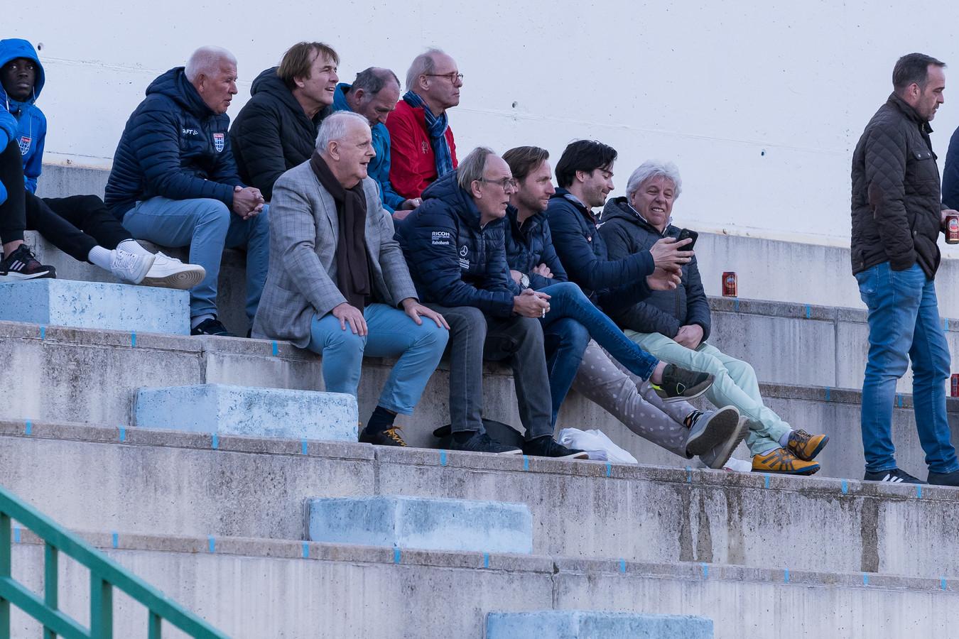 Adriaan Visser bekijkt met supporters, sponsoren en commercieel directeur Edwin Peterman een oefenwedstrijd van PEC Zwolle in Spanje.