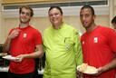 De Winter (l.) met Mousa Dembélé (r.) en tussen hen kok Frank Fol, in de eetzaal van het olympisch dorp.