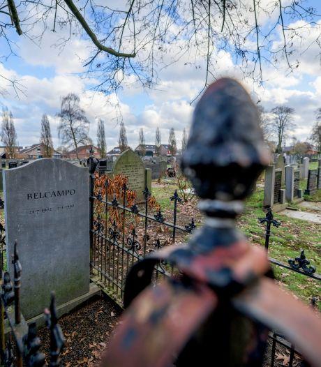 Wandelen met gids over herstelde begraafplaats in Rijssen: 'Het is prachtig geworden'