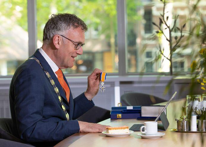 Burgemeester Janssen verraste vorig jaar 'beeldbellend' vijf inwoners van Oisterwijk met een later nog uit te reiken lintje.