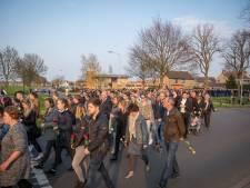 Indrukwekkende stille tocht in Elburg voor doodgestoken Michiel (19)