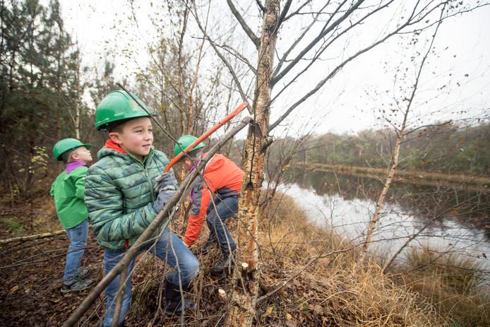Tijdens een natuurwerkdag hielpen jong en oud met het opknappen van het gebied rond het Gagelmansvennegie in Nijverdal.