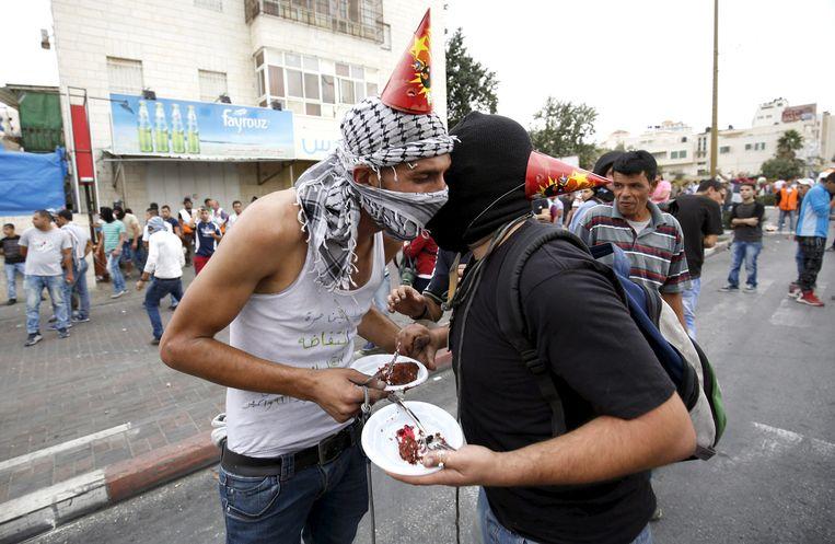 ANGRY BIRDS Palestijnse stenengooiers vieren een verjaardag tussen de protesten door, Westelijke Jordaanoever, Ramallah, 23 oktober 2015. Beeld reuters
