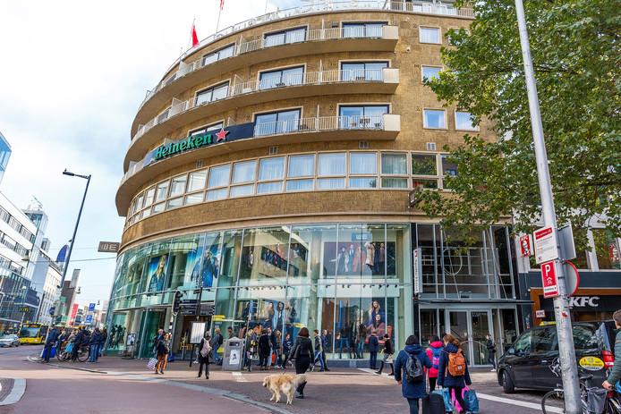 Het Apollo Hotel Utrecht aan het Vredenburg. Bovenop staat nog de oorspronkelijk naam: Hotel Café Restaurant Smits.
