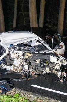 Apeldoorner (20) gearresteerd na zware crash bij Ugchelen, zoektocht naar andere inzittenden in bosgebied