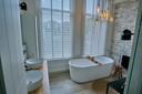 Niets in deze serene badkamer herinnert nog aan de verhoren die hier door de vorige eigenaar met witteboordencriminelen zijn gehouden.