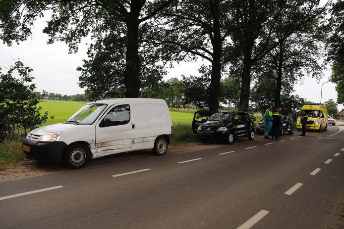 Op de Milseweg in Beers botsten twee auto's tegen elkaar.