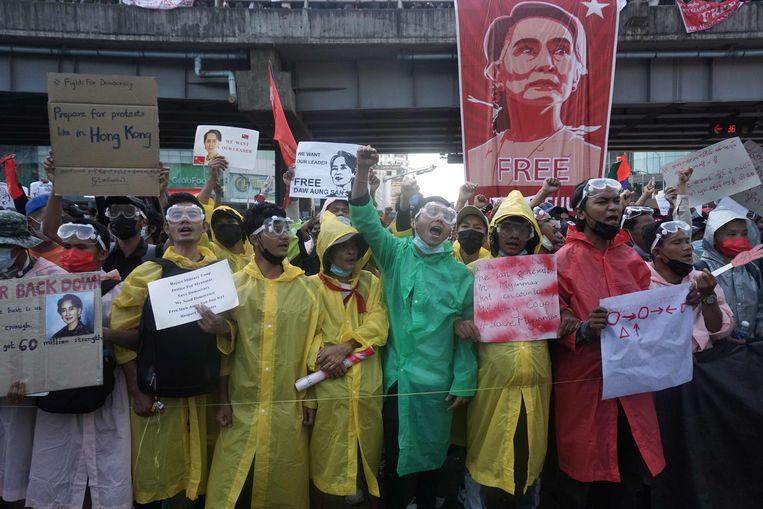 Demonstranten eisen de vrijlating van partijleider Aung San Suu Kyi. Beeld AFP