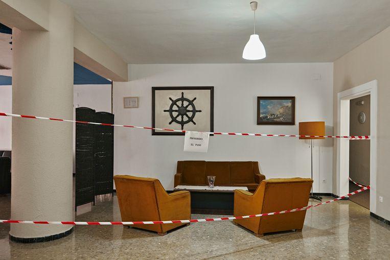 November 2020. In Hotel Costa De La Luz, in het Spaanse Huelva, is het verboden om in de loungeruimte te zitten.  Beeld Thomas Nolf