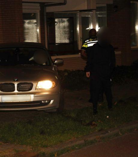 Auto rijdt tegen appartementencomplex in Uden