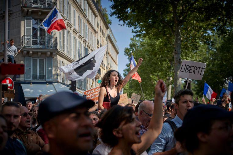 In veel Franse steden zijn mensen de straat opgegaan om te protesteren tegen de invoering van de coronapas. Beeld Getty Images