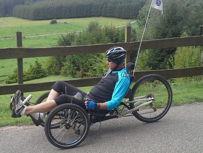 Wim Van Rentergem vertrok gisteren met zijn witte ligfiets. Aan de achterzijde is momenteel een oranje vlagje bevestigd.