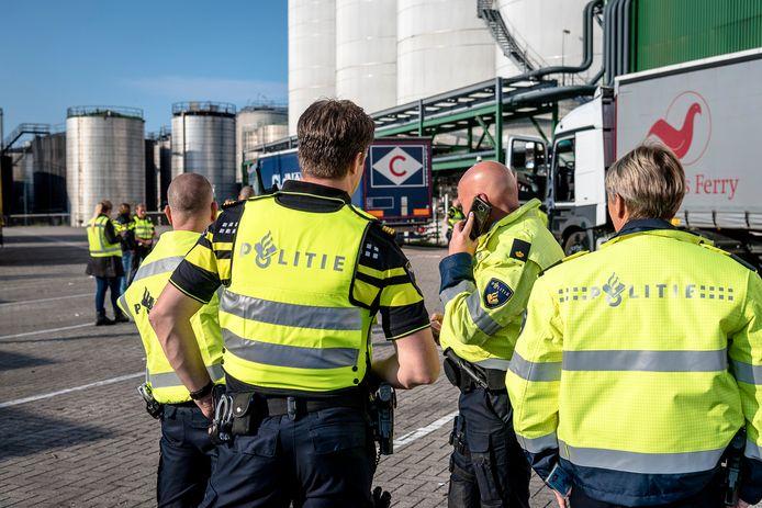Politie op zoek naar inklimmers bij de Ferryterminal Vlaardingen.