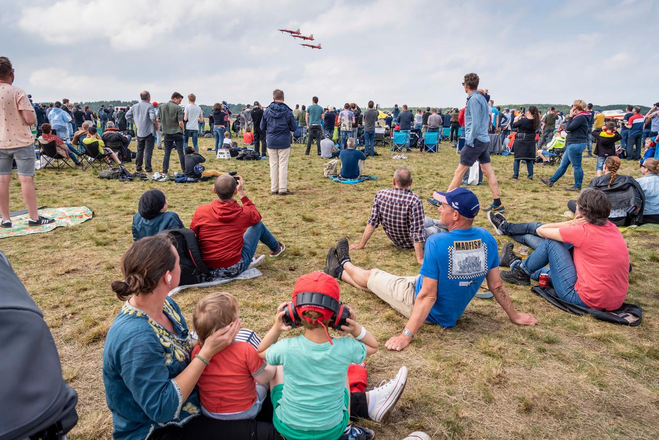 Luchtmachtdagen op vliegbasis Volkel: wát een herrie,  oordoppen in, koptelefoons op, de vingers in de oren of de beschermende handen van je moeder.