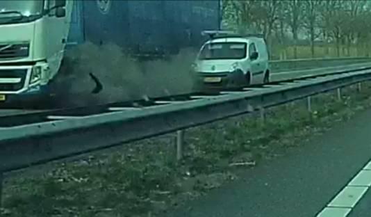 De dashcam van Bram van der Boon filmde de klapband van een vrachtwagen op de A12 bij Zevenaar, die leidde tot een ernstig ongeval.