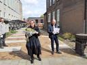 Parochiemedewerkster Marion Hoven krijgt bloemen voor haar inzet tijdens het verbouwen van de kapelanie.