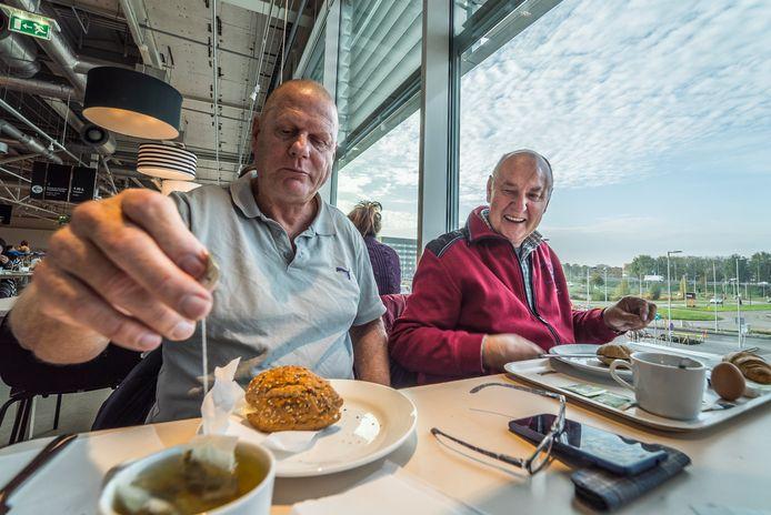 Henk Mol (links) en René van der Zande laten zich het ontbijtje bij Ikea goed smaken.
