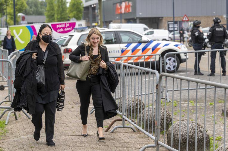Advocaat Inez Weski (links) komt aan bij de gerechtsbunker in Amsterdam-Osdorp. Beeld ANP