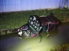 Auto met hoge snelheid het water in, bestuurder naar het ziekenhuis