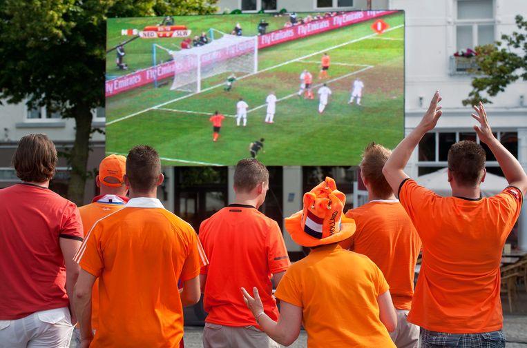 Inwoners van Sittard kijken tijdens het WK van 2010 op de Markt een wedstrijd van Oranje op groot scherm. Beeld ANP