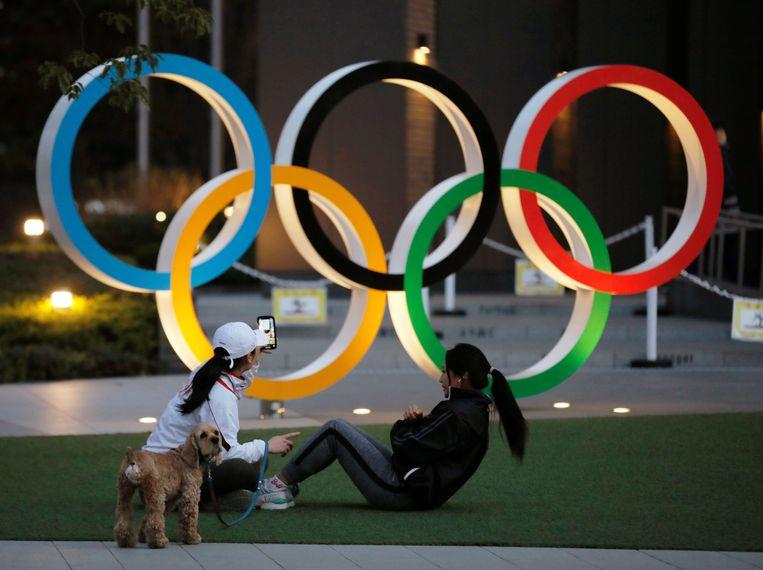 Olympische ringen bij een stadion in Tokio. Beeld REUTERS