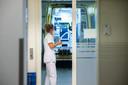 En weer heeft een ambulance een patiënt afgeleverd bij de spoedeisende hulp in Bergen op Zoom. Als het gaat om een corona-patiënt wordt de ambulance nadien volledig ontsmet en gereinigd.