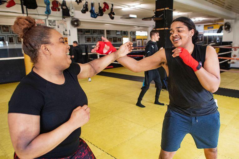 Leerlingen van het Zadkine college krijgen boksles.  Beeld Guus Dubbelman / de Volkskrant
