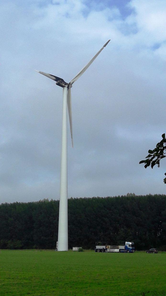 Onder de windmolen worden rijplaten gelegd voor de hijskraan.
