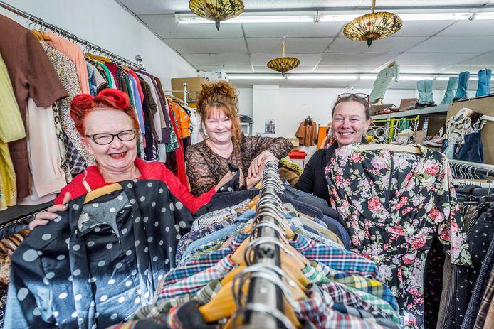 Karin Molenaar (links), Saskia Eijgelsheim (midden) en een medewerkster kunnen lachen, want hun stichting jubileert. Maar eigenlijk vinden ze dat best schrijnend.