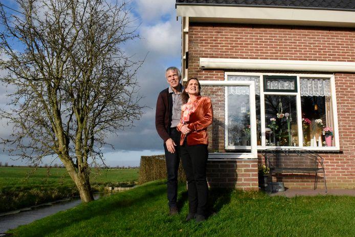 Maarten en Tiny van Schaik wonen heerlijk aan de rand van Woerden, maar de houtkachels in de buurt temperen het woongenot.