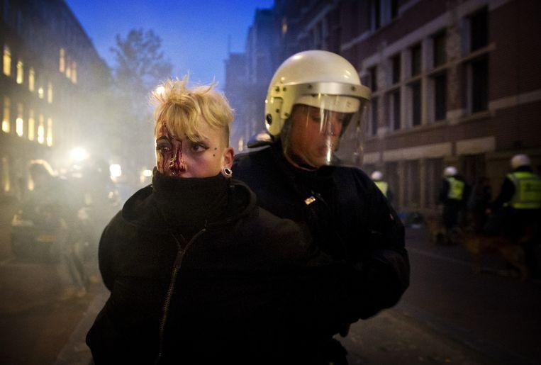 Een kraker werd in Amsterdam afgevoerd door de mobiele eenheid, nadat een demonstratie tegen het kraakverbod uitliep op rellen Beeld anp