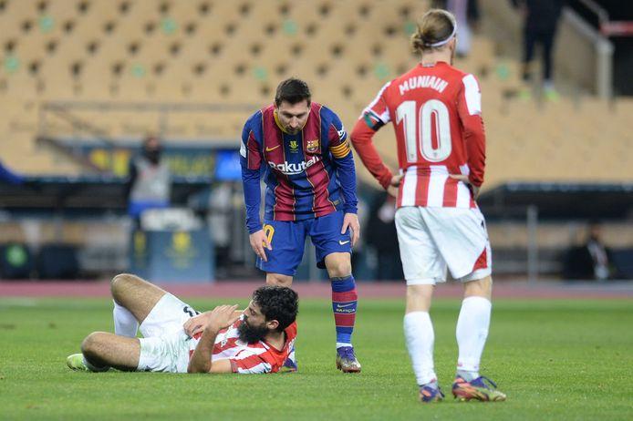 Lionel Messi neemt polshoogte bij de gevelde Asier Villalibre.