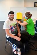 Roemeen Pascaluta (28) krijgt zijn vaccinatie tegen Covid.