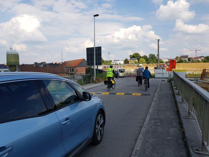 Er werd een drempel aangelegd om het verkeer af te remmen op de Suierkaai aan de werfzone voor de Zuidbrug.