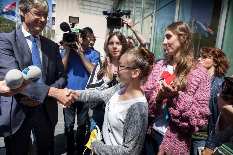Gedupeerde leerlingen en ouders uit Maastricht hadden vanmiddag een ontmoeting met minister Slob. Beeld Werry Crone